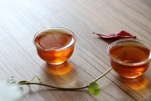 白茶的散茶和饼茶,哪一种更有利收藏?